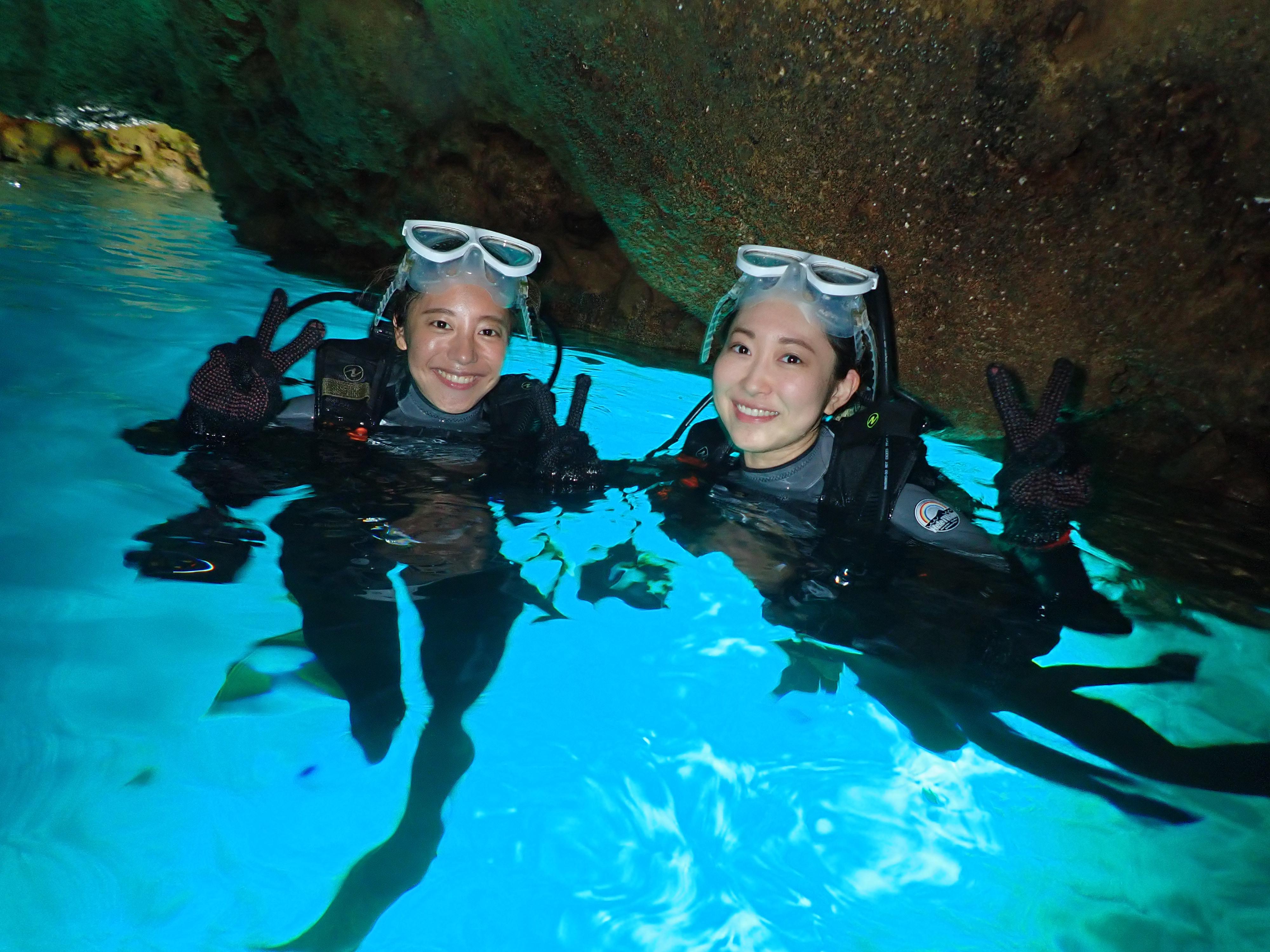 沖縄の青の洞窟で体験ダイビングツアーに友達と参加する