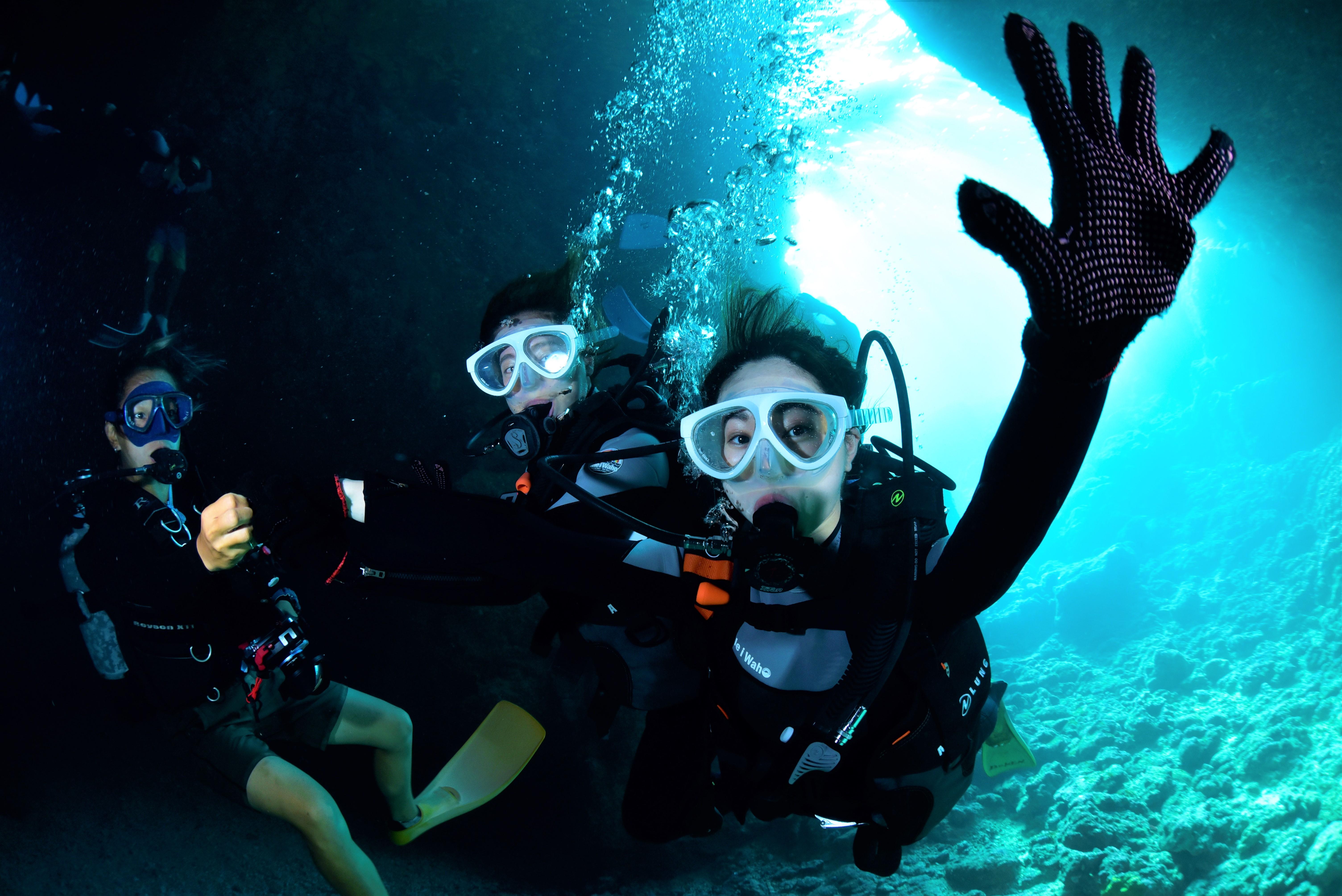 沖縄の青の洞窟で体験ダイビングツアーで友達と写真撮影