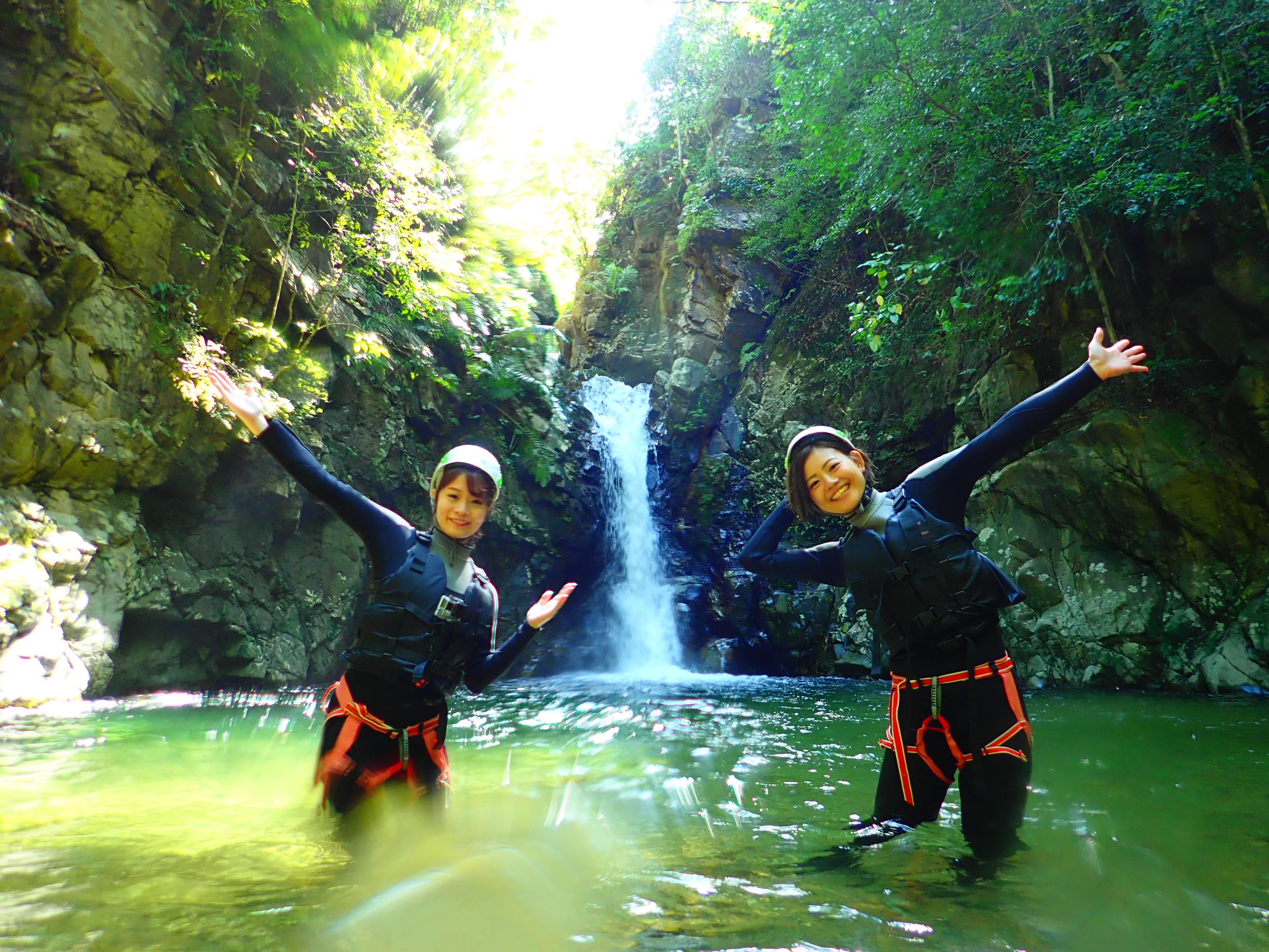 沖縄の名護のやんばるの滝の前で記念撮影